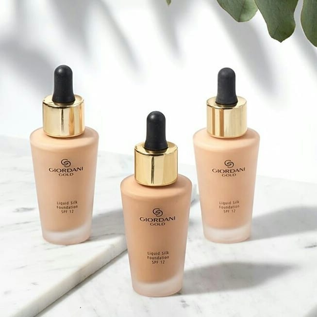 Kem nền Oriflame 32923 - Natural Beige Giordani Gold Liquid Silk Foundation SPF 12